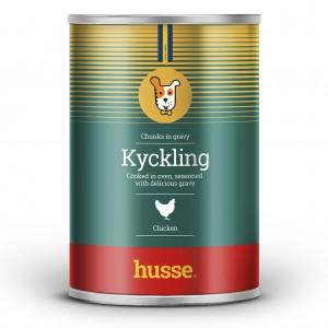 lata de pate de pollo para perros de color verde y amarillo con el logo husse en una franja roja y la bandera sueca, Kyckling: 400 g