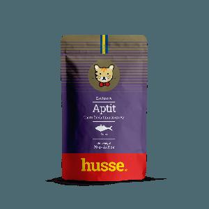 sobre de atun en salsa para gatos de color morado con franja roja y bandera sueca con el logo de gato husse, Aptit Tuna: 70g