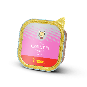 lata dorada con etiqueta rosada de pate de pescado con el logo de gato husse