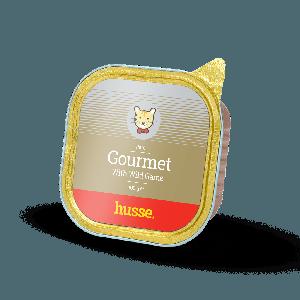 Gourmet Wild Game, lata dorara de pate para gatos con etiqueta marron claro y logotipo del gato husse