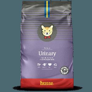 saco morado de pienso para gatos con problemas urinarios, con una bandera sueca y el logo de gatos husse en una franja roja, Urinary: 7kg