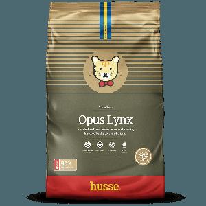saco de pienso sin cereales para gatos de color verde con la bandera sueca y el logo de gatos husse, Opus Lynx: 2kg