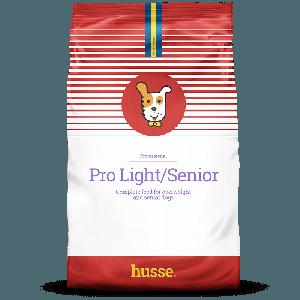 saco de pienso para perros de color blanco y rojo con la bandera sueca y el logotipo del perro husse Pro Light / Senior 20 kilos