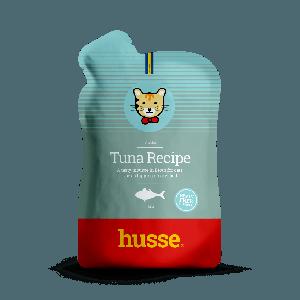 Tuna Recipe, crema de atun en un sobre aguamarina con franja roja y bandera sueca y logo de gato husse