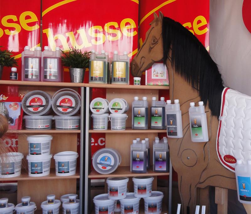 Annelyse remercie l'équipe husse après sa visite au Salon du cheval de Paris